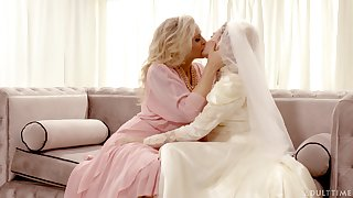 Hot babe Julia Ann turns a nuptial into a really kinky pussy make mincemeat of workout
