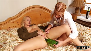 Blistering tipsy nympho Bambi Bell lets comprehensive polish pussy with a bottle